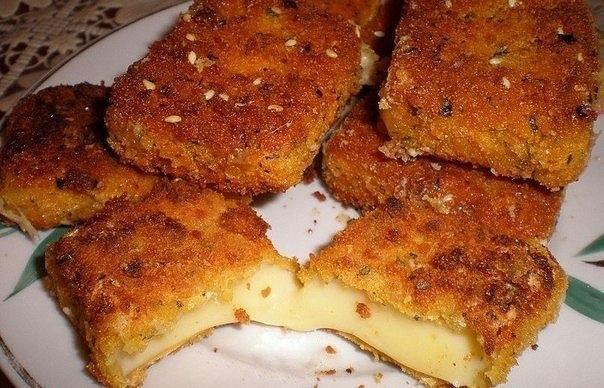 Жаренный сыр Ингредиенты: ● твердый сыр ● мука, ● яйца, ● сухари. Приготовление: Нарезаем