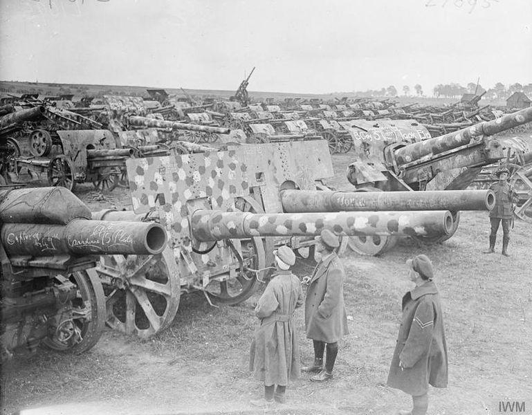 Британские солдаты осматривают трофейные немецкие орудия, захваченные под Амьеном, 27 августа 1918г. Всего во время Битвы при Амьене британская 4я армия захватила более 500 немецких орудий.