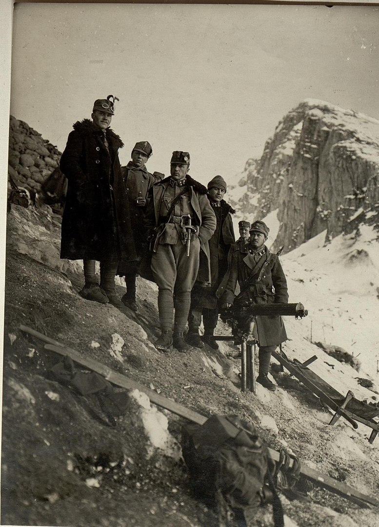 Австро-венгерские офицеры на недавно захваченной итальянской позиции в Альпах, март 1916г