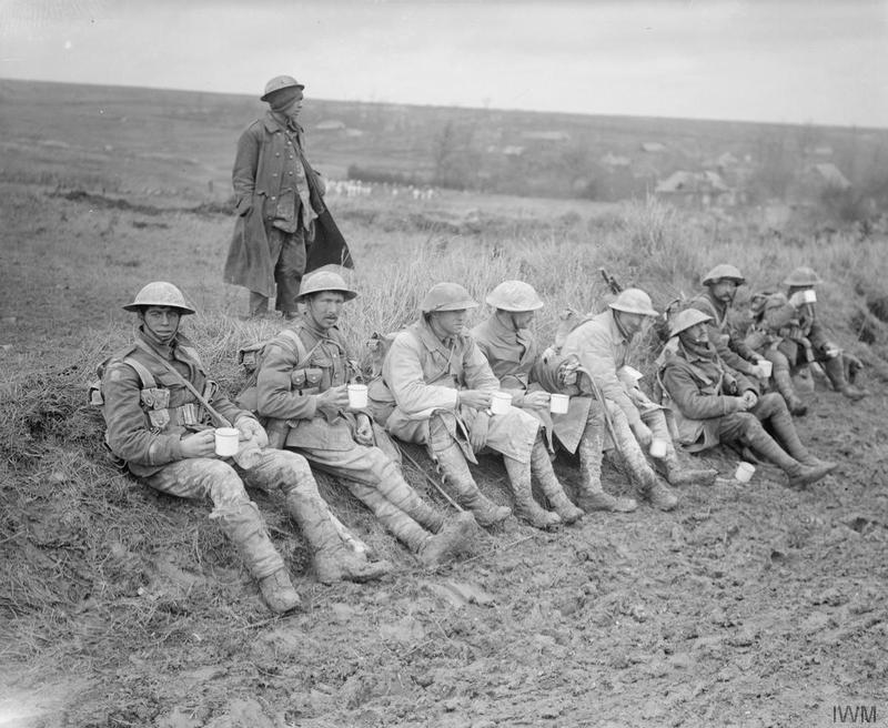 Британские солдаты пьют чай после боя. Амель (Сомма), 5 ноября 1916г