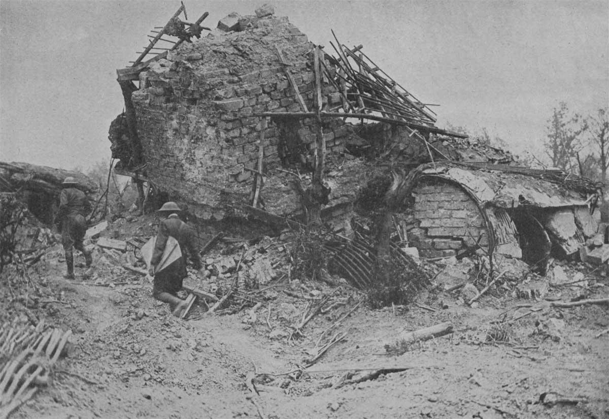 Британские солдаты у руин на окраинах Ипра, 1917г