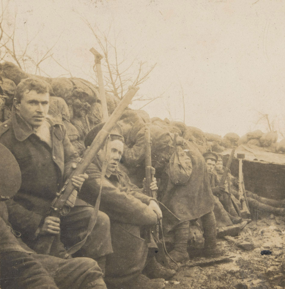 Британские солдаты в окопе у Сен-Элои возле Ипра, май 1915г