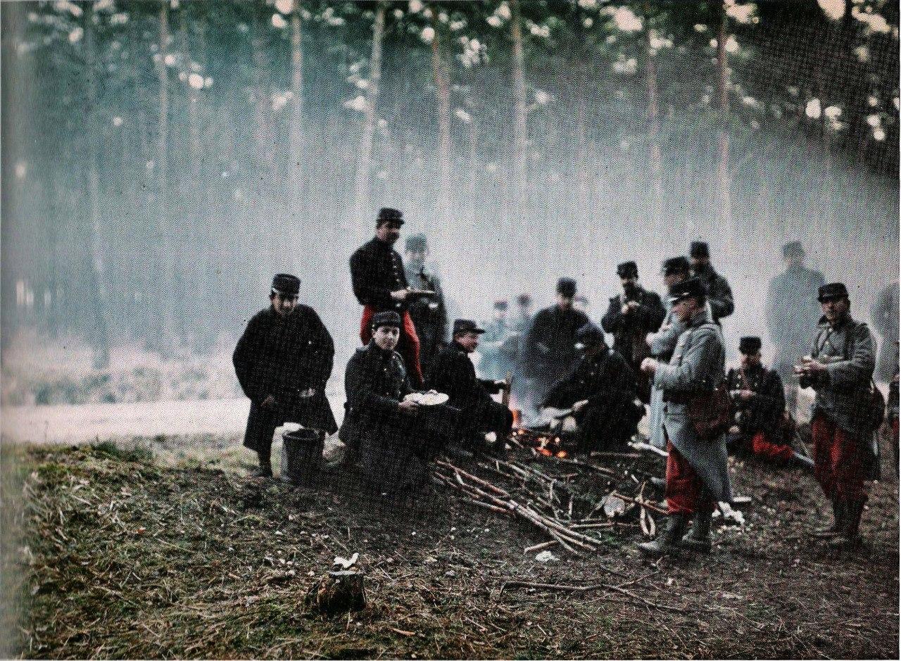 Французские солдаты обедают, весна 1915г