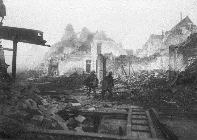 Двое австралийских солдат идут по разрушенной улице города Бопом (Па-де-Кале), март 1917г