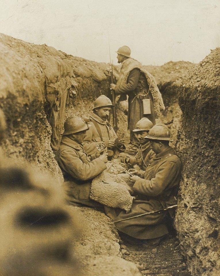 Французские солдаты играют в карты в окопе. Пиккардия, октябрь 1916г