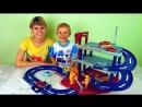 Машинки с треком и гаражом Весёлое видео для детей с машинками