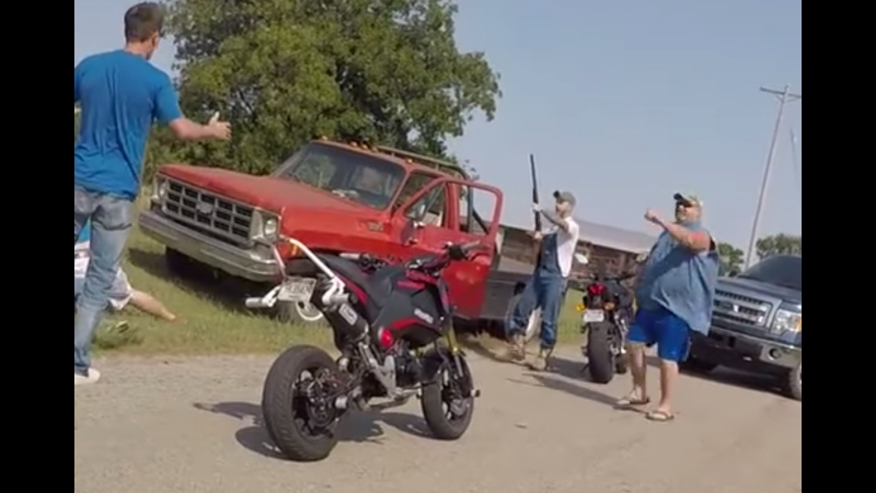 Переросший в драку конфликт между американскими байкерами и водителями попал на видео