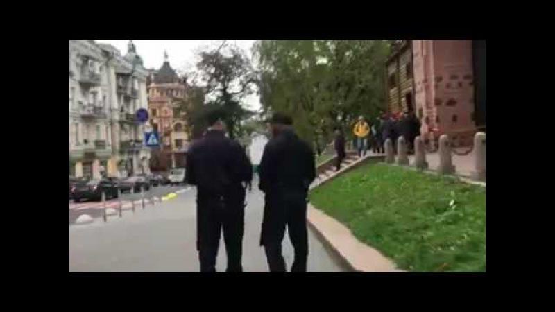 Полиции в Киеве смешно Ригоберт Мустелиер