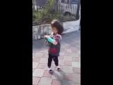 Девочка хочет оставить котят
