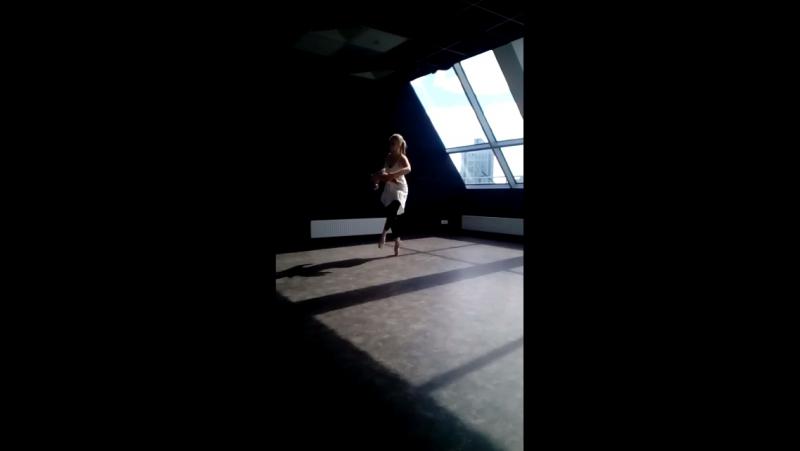 Танцую в красивом пространстве
