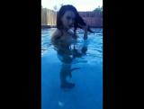 Mandy Muse голая в бассейне
