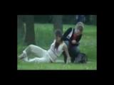 Пьяная девушка в парке обосралась под деревом.