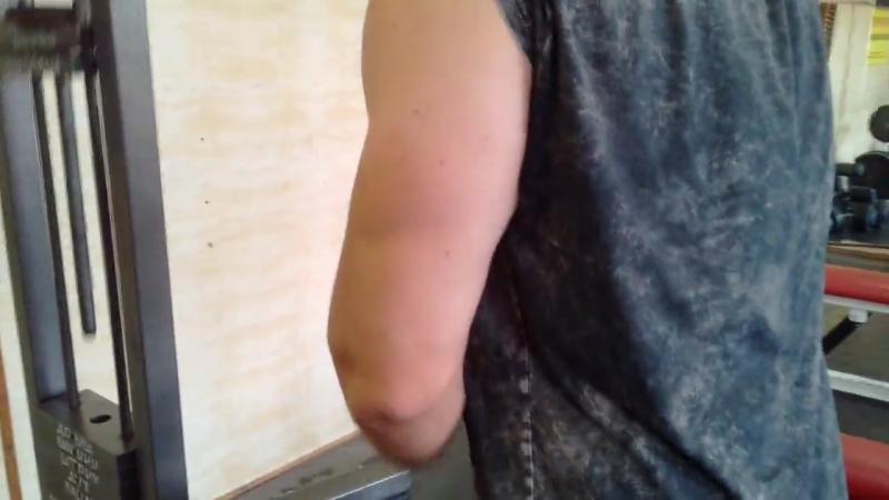 Разгибания на вертикальном блоке канатной рукоятью