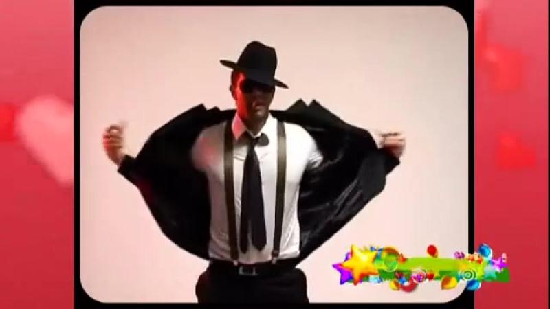 Мужик танцует под классную музыку стрептиз