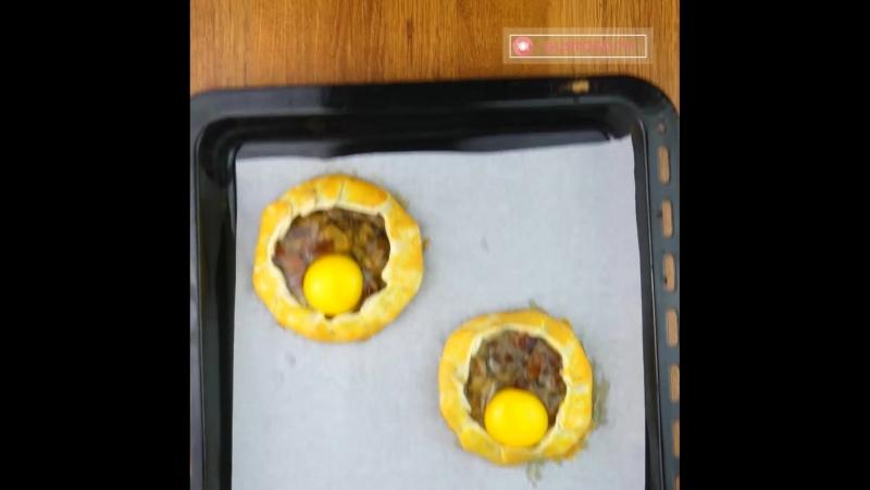 Nido de hojaldre relleno de huevo, jamón y champiñones ))