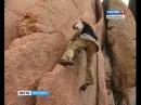 Пожилой столбист без страховки взбирается на скалу Перья