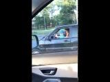 Ребенок ведет машину по дорогам Омска на коленях у взрослого (29.06.2017)
