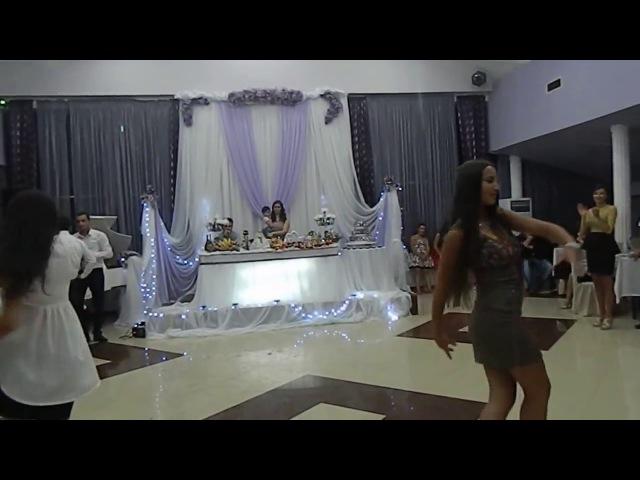 Танцоры из ансамбля Сухишвили танцуют на свадьбе, жених и невеста зажигают...