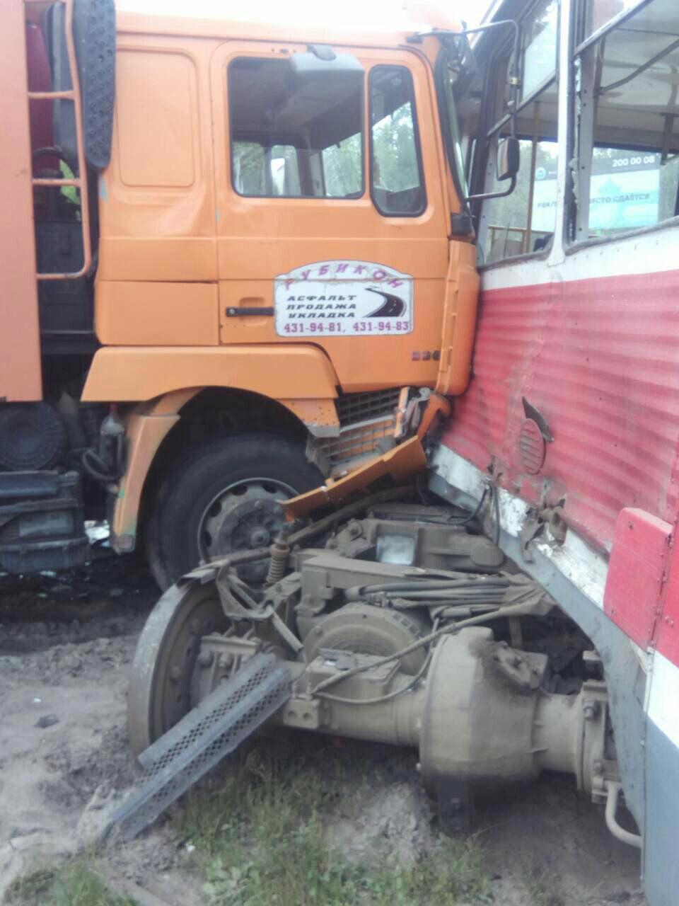 В Нижнем Новгороде большегруз врезался в трамвай