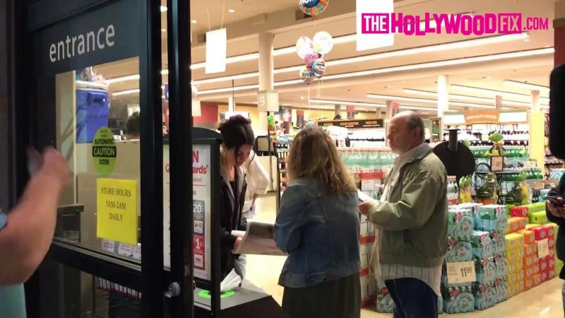 13 июня 2017; Западный Голливуд, США: Лана проводит время с фанатами в супермаркете «Vons» в торговом центре «Pavilions»