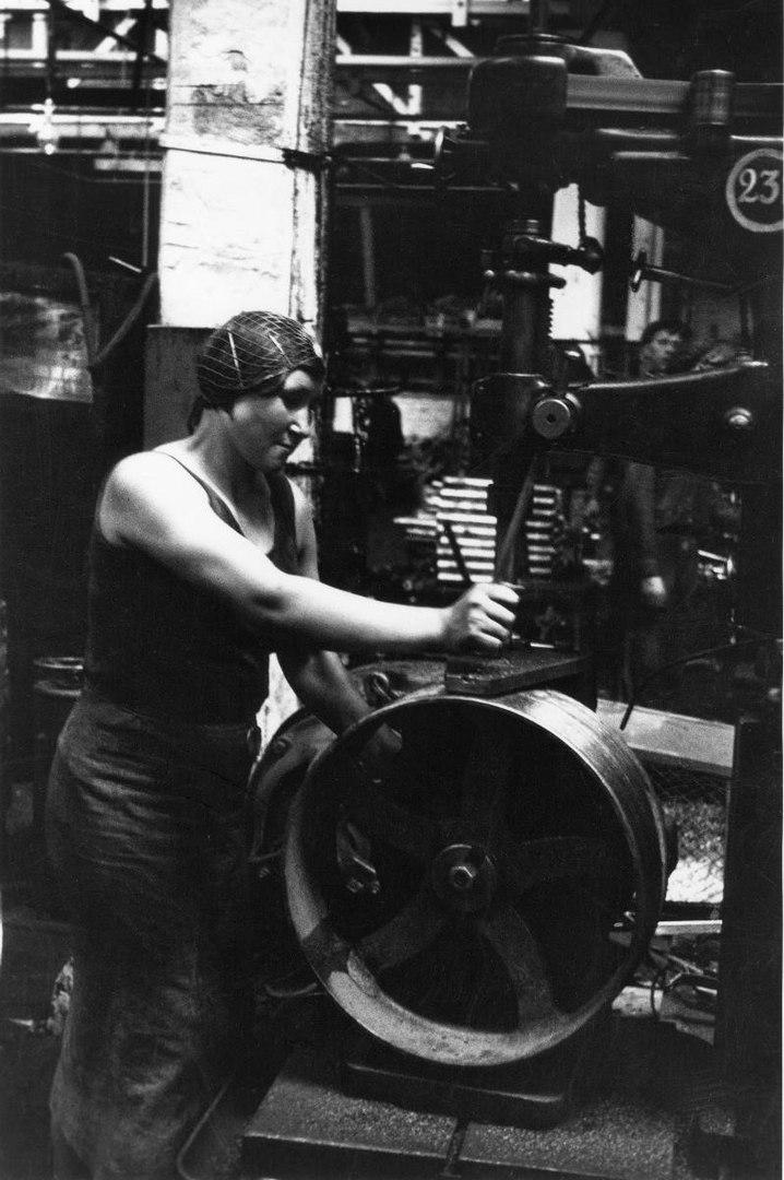 Работница Россельмаша 1938. Фотограф Михаил Прехнер.