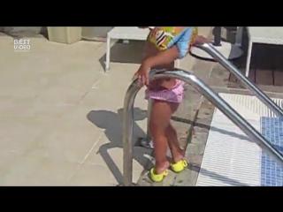 Девушки с детства учатся ходить красиво