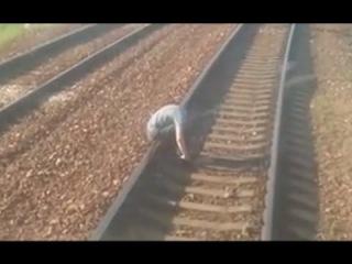 Пьяный мужик спит на рельсах железной дороги. Чуть не переехали поездом