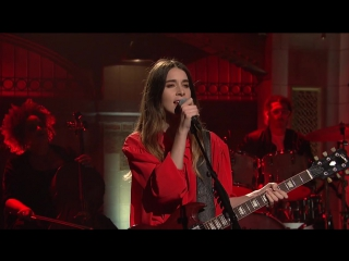 Haim вживую спели A Little of Your Love - на шоу SNL