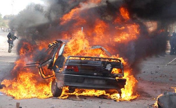 В Душанбе столкнулись два «Опеля»: один автомобиль полностью сгорел