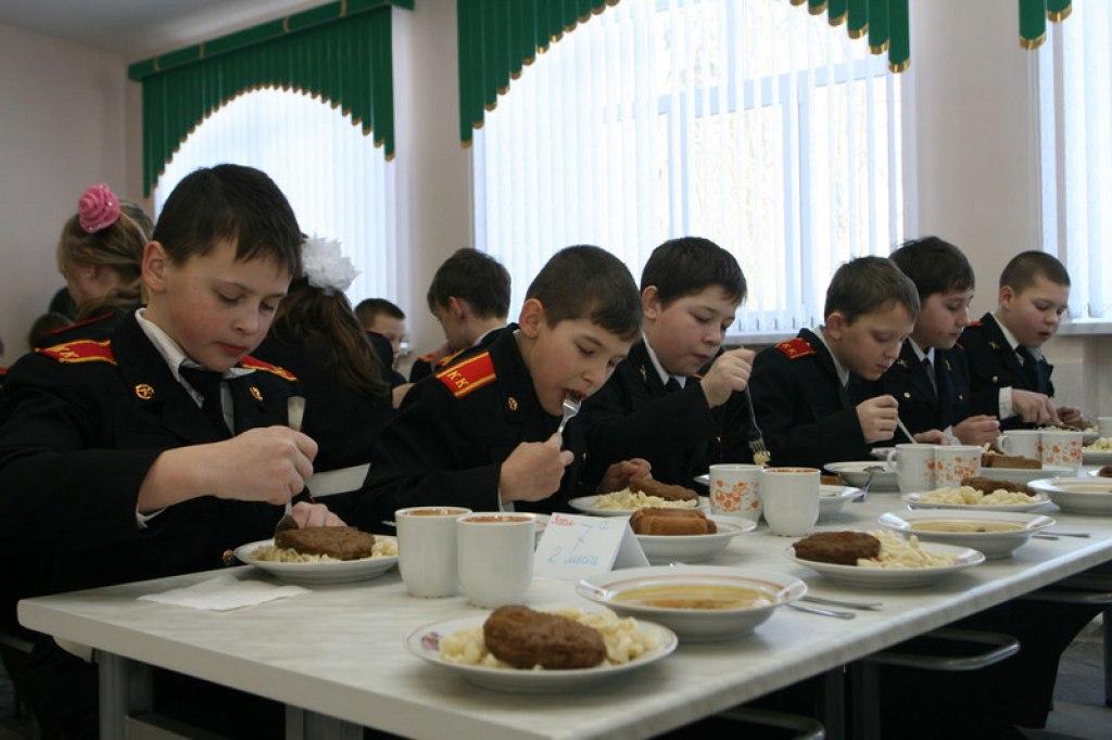 В Томском кадетском корпусе дети объявили голодовку из-за червей в каше