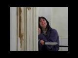 сцена из фильма сияние / мужик с топором разрубает дверь / женщина с ножом в углу /...