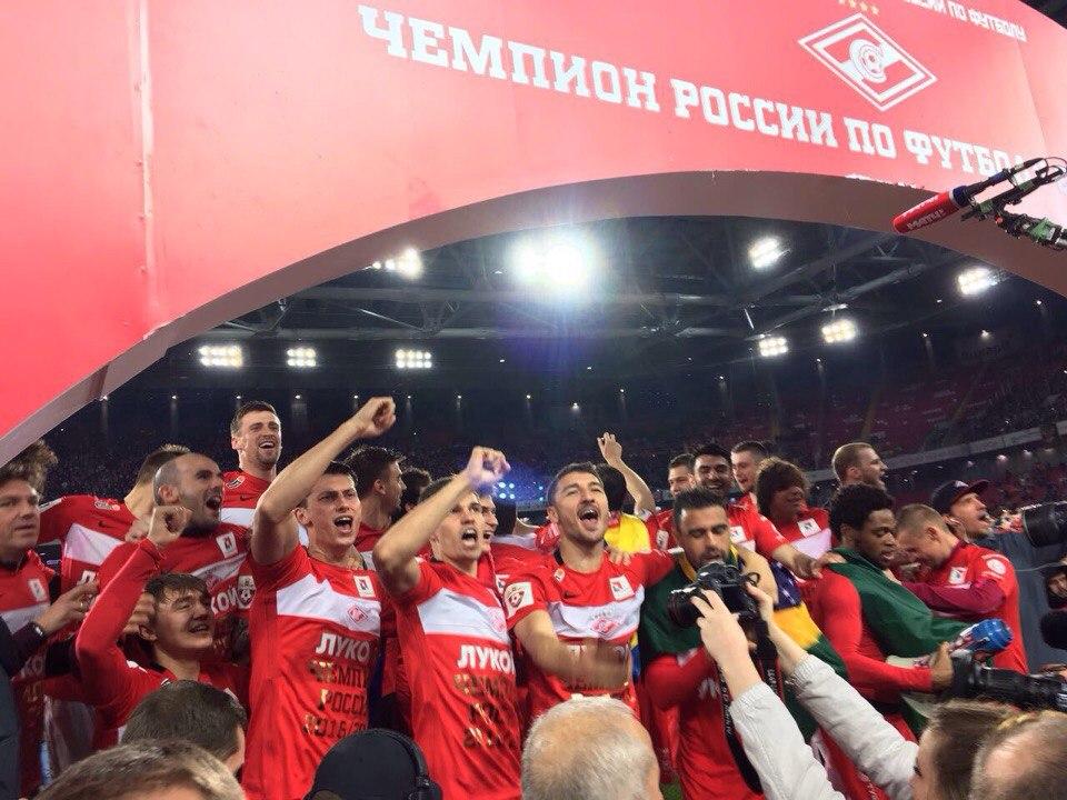 Денис Глушаков поднял кубок чемпионов России над головой