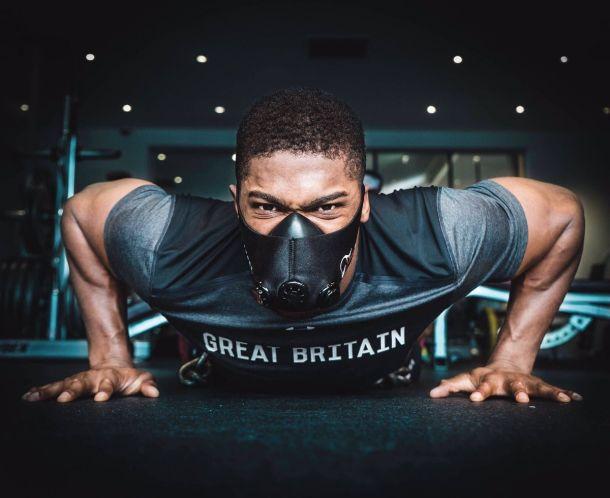 Джошуа тренируется в кислородной маске