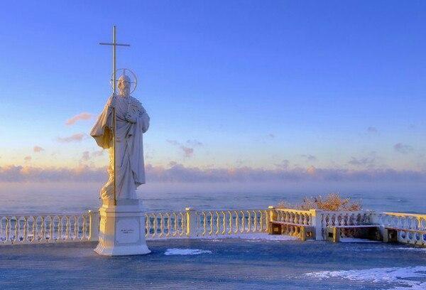 Монумент апостолу Андрею Первозванному в бухте Омега.