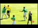 Jogador abraça árbitro para comemorar gol de time na Segunda Divisão da Espanha