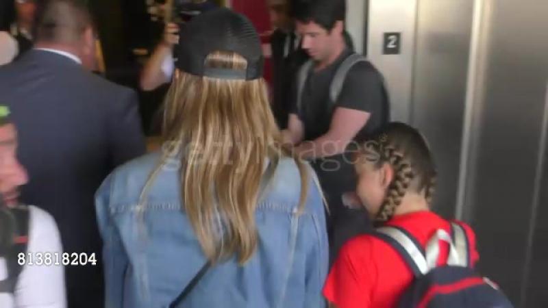 10 июля 2017: Джессика и Онор прибывают в аэропорт «LAX», Лос-Анджелес.