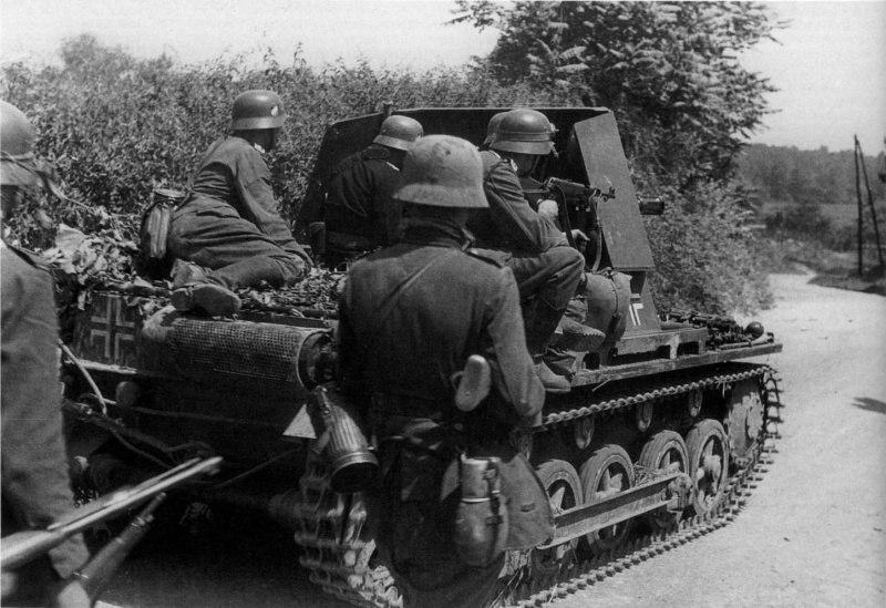 Немецкие солдаты под прикрытием противотанковой САУ Panzerjager I, попавшие под огонь на дороге между Анню и Мердорпом. 1940 год.