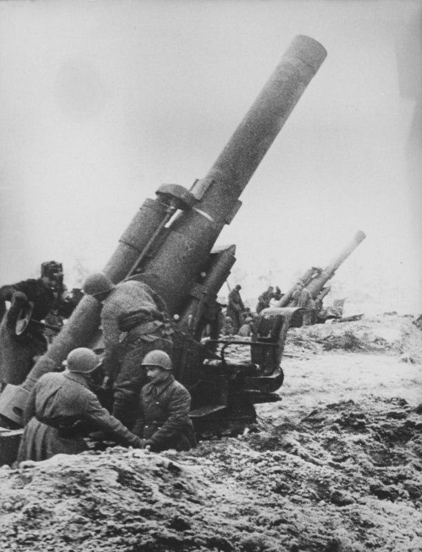 Расчеты двух советских 280-мм мортир Бр-5