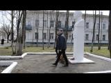 Возложение венка к памятнику Герою Советского Союза Василию Богатырёву учащимися гимназии.