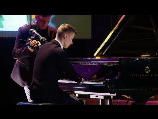 Алексей Романов без кистей рук играет мелодию из Сумерек