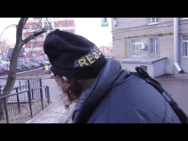 Шок! Известный российский писатель Аркадий Давидович роется на помойке в поисках унитаза !