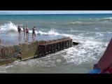 В Алуште шторм унес в море парня с девушкой