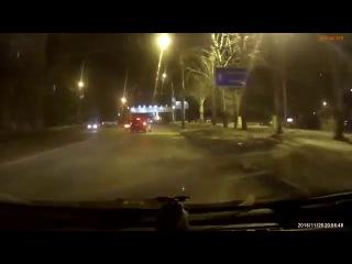 В Воронеже врезавшаяся в дорожный знак иномарка попала на видео. 20.11.2016 год