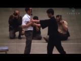 Ощутите разницу! Брюс и чемпион США по фулл-контакт каратэ Джо Льюис наносят один и тот же удар.