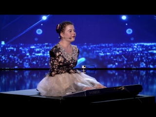 14-летняя румынская девочка без рук поет и играет на синтезаторе пальцами своих ног