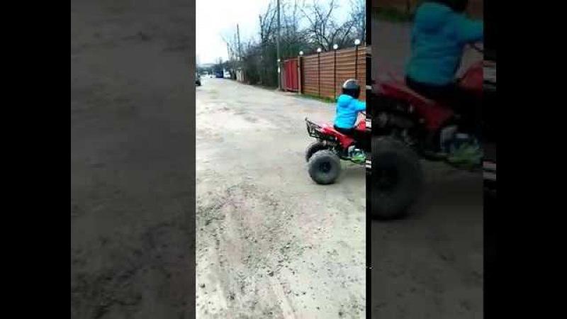 Первоклассник дрифтит на квадроцикле дети прикол.