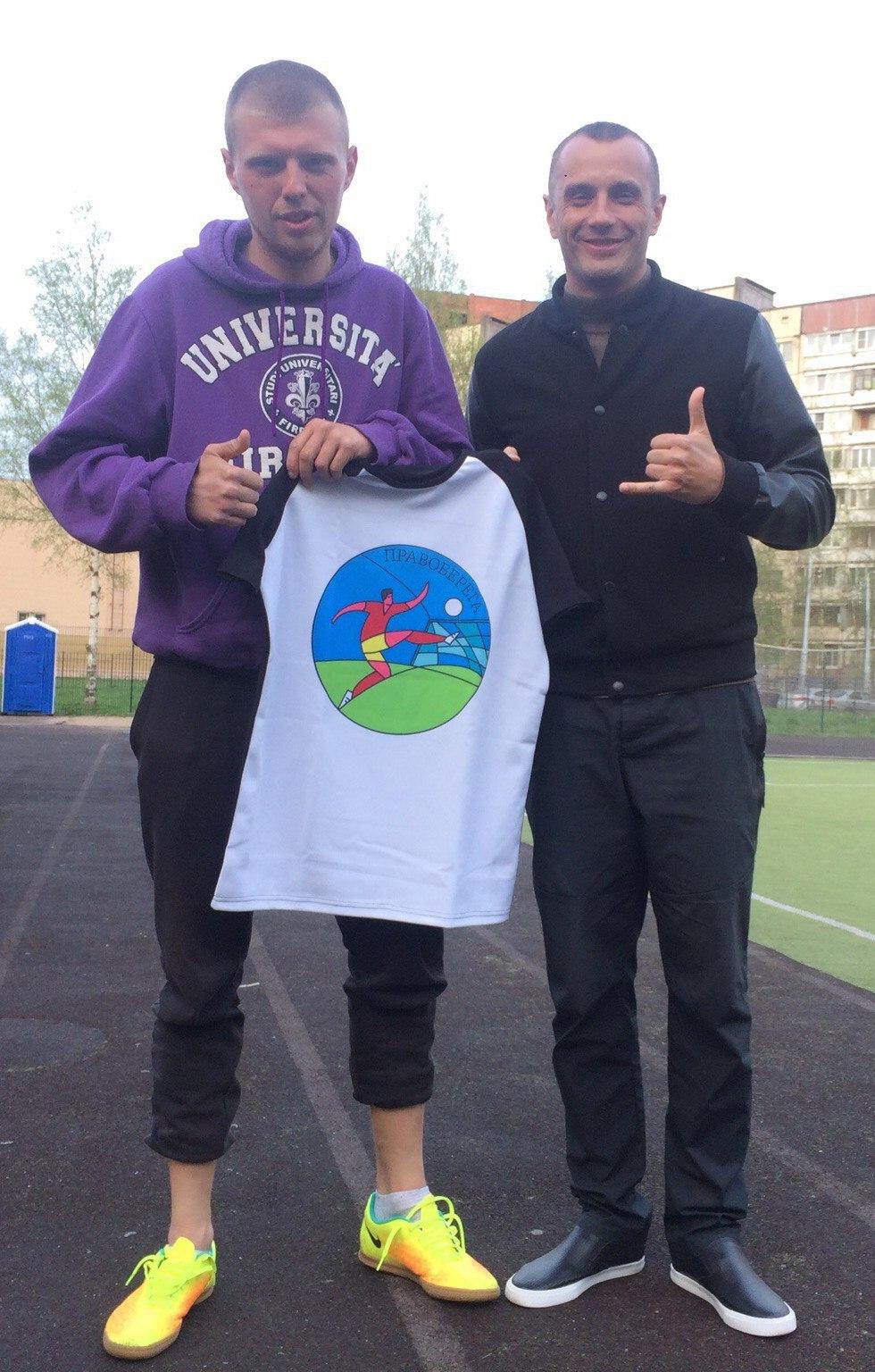 Александр Артёмов и Антон Салов получают подарки от Pergectee Sport.
