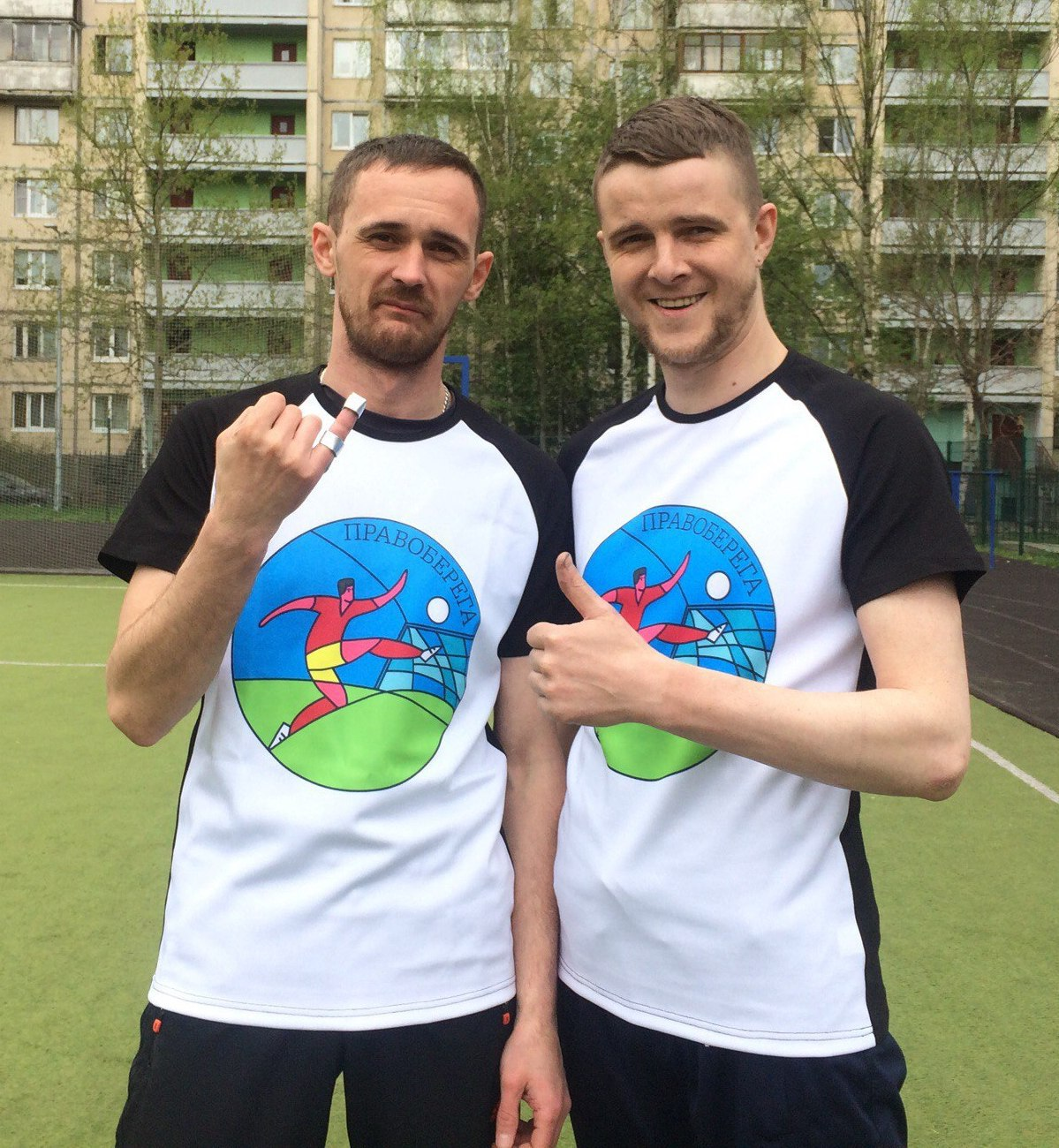 Максим Отинов и Дмитрий Пирог с футболками - подарками от Perfectee Sport.