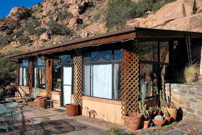 Чтобы расширить жилое пространство, эта семейная пара просто взорвала скалу    Эта супружеская пара приобрела участок земли в живописной местности штата Аризона.