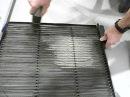 чистка фильтра кондиционера промышленным пылесосом при проведении ТО